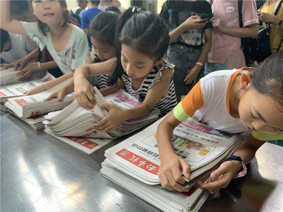 """半岛学生记者走进报纸印刷厂,了解一份报纸的""""诞生"""""""